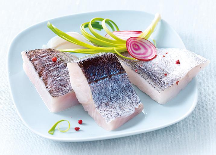 Filets de merlu (colin) avec peau coupés en portions