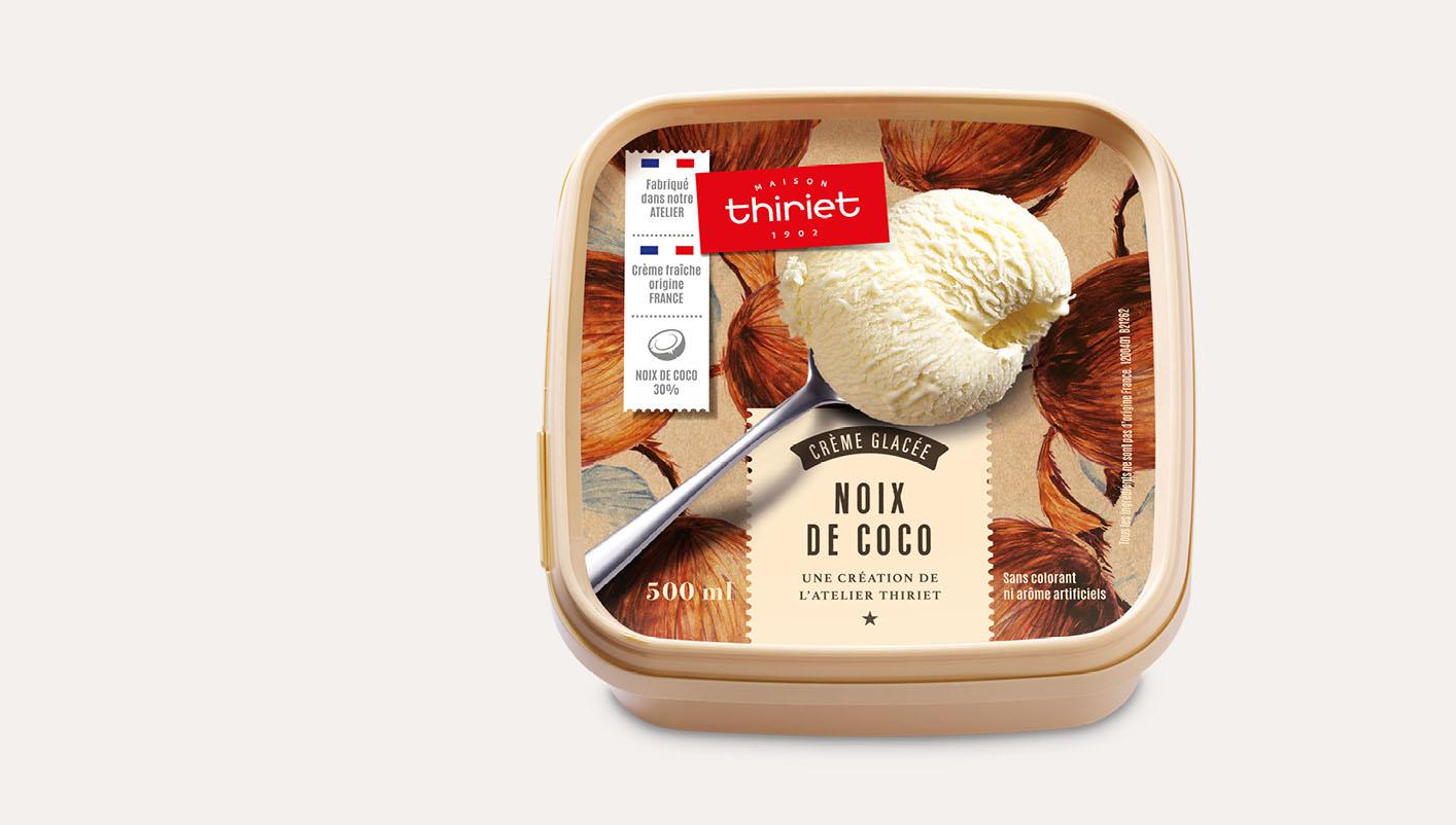 Crème glacée noix de coco et morceaux de noix de coco râpée